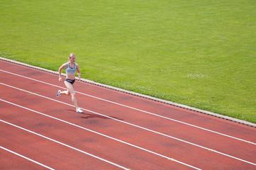 Sprinterin auf Laufbahn