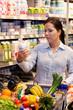 Einkauf von Obst Gemüse im Supermarkt