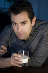 uomo con latte