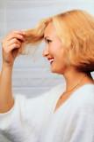 Fototapety Junge Frau, blonde Frisur, Blondes Haar, Haarsträhne