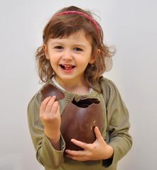 bambina con uovo di Pasqua