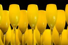 Gafas amarillas de vino en un plato en un restaurante