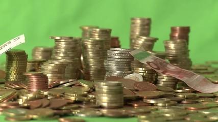 Geldscheine fallen auf Münzstapel