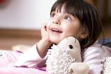 Fototapety Kleines Mädchen beim Staunen