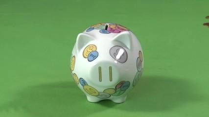 Münzen in Sparschwein stecken