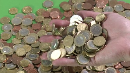 Münzen rinnen durch Finger