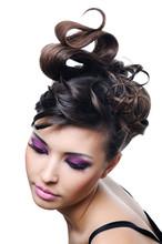 женщина с прической Мода и яркий стильный макияж