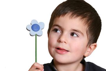 bambino con fiore di legno