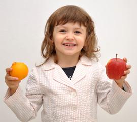 bimba che adora la frutta