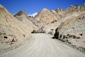 Camino de tierra entre montañas
