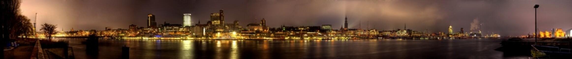 Landungsbrücken,Hamburg Skyline, Nacht