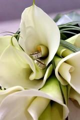 Hochzeitsringe in der Blume