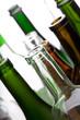 Leere Flaschen vor weißem Hintergrund