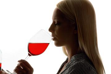 Junge Frau füllt ein Rotwein Glas
