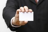 Mann mit leerer Karte oder Schild in der Hand
