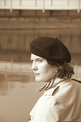 Frau mit Baskenmütze am See