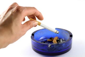 zigarette und aschenbecher