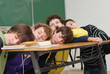 Fatigue en classe - groupe de garçons