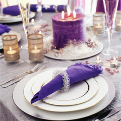 Elegant Table Setting in Purple and White
