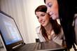 Junge Frauen beim Lernen eines Programms am Laptop