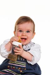 Kleines Kind trinkt mit Flasche