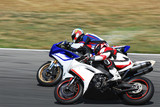 Fototapety motociclisti in sorpasso