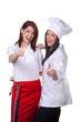 Köchin und Servicekraft unterhalten sich