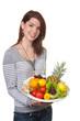 Junge Frau mit befüllter Obstschale in Händen