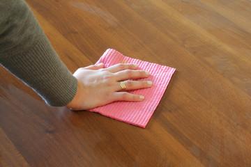pulire il tavolo
