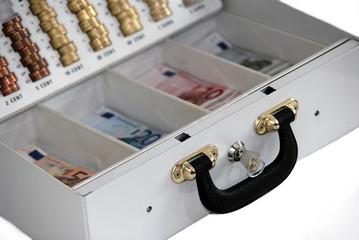 geöffnete und gefüllte Geldkassette