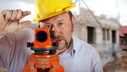 Bauarbeiter beim vermessen mit Nivelliergerät Millimeterarbeit