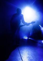 Gitarrist in blauem Licht