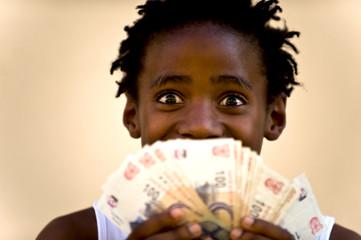 Junge hat viele Geldscheine in der hand