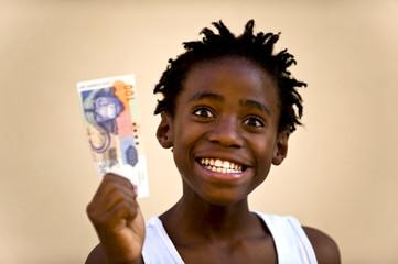 Junge lachend, mit Geld