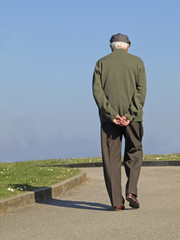 Anciano paseando