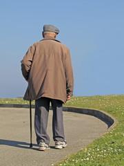 Anciano con sombrero y bastón