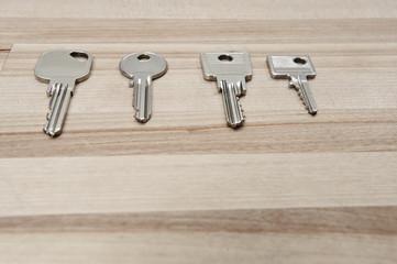 schlüssel liegen auf tisch