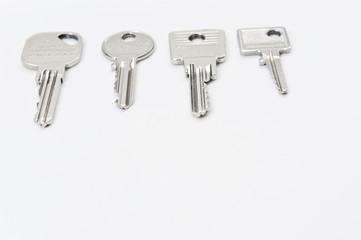 vier schlüssel liegen auf weiss