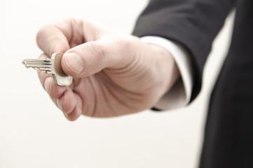 erfolgsschlüssel in hand von mann mit anzug