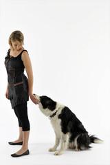 jeune femme dos tourné à son chien immobile - tour,jeu