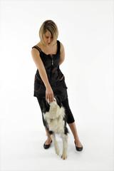 jolie femme caressant la truffe de son chien - récompense
