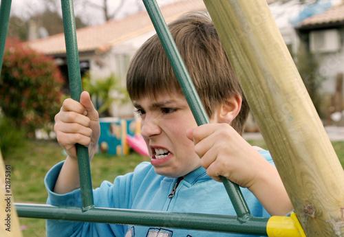 pré-adolescent en colère