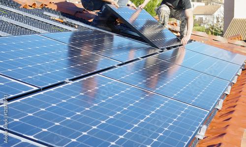 Leinwanddruck Bild Ajustement des panneaux solaires