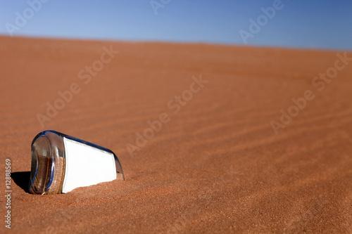Tuinposter Algerije Flasche im Sand