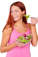 Junge Frau beim Salat essen