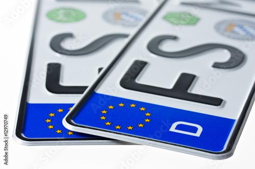 Deutsches Nummernschild isoliert auf weißem Hintergrund