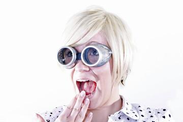 Blondine mit Schweißerbrille