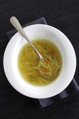 suppe mit nudeln und gemüse