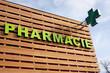 Leinwanddruck Bild - Enseigne pharmacie sur un bâtiment en bois