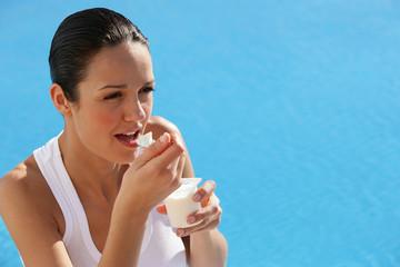 portrait de femme mangeant un yaourt nature